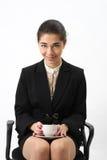 Bedrijfsvrouwenportret met kop. stock fotografie