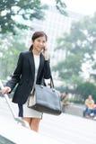 Bedrijfsvrouwenpraatje op mobiele telefoon Stock Foto