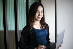 Bedrijfsvrouwensecretaresse Azië op witte achtergrond royalty-vrije stock afbeelding