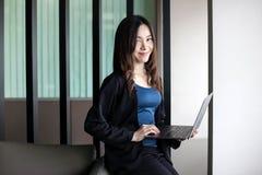 Bedrijfsvrouwensecretaresse Azië op witte achtergrond stock afbeelding