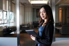 Bedrijfsvrouwensecretaresse Azië op witte achtergrond stock foto's