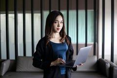 Bedrijfsvrouwensecretaresse Azië op witte achtergrond stock foto