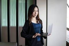 Bedrijfsvrouwensecretaresse Azië op witte achtergrond stock afbeeldingen