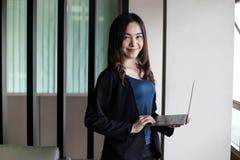 Bedrijfsvrouwensecretaresse Azië op witte achtergrond royalty-vrije stock foto's