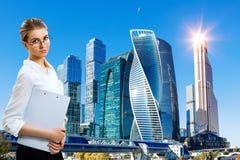 Bedrijfsvrouwentribunes over cityscape achtergrond royalty-vrije stock foto's
