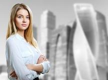 Bedrijfsvrouwentribunes over cityscape achtergrond royalty-vrije stock afbeelding