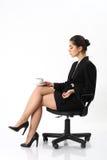 Bedrijfsvrouwenzitting als bureauvoorzitter stock foto's