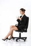 Bedrijfsvrouwenzitting als bureauvoorzitter royalty-vrije stock foto