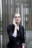 Bedrijfsvrouwenzitting en het spreken op de telefoon Stock Foto's