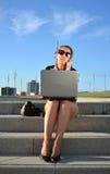 Bedrijfsvrouwenzitting op de straat royalty-vrije stock foto