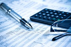 Bedrijfsvulpen, calculator en glazen op financiële grafiek Royalty-vrije Stock Foto