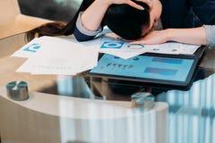 Bedrijfswerkbelastings inefficiënte het werk vermoeide vrouw royalty-vrije stock foto's