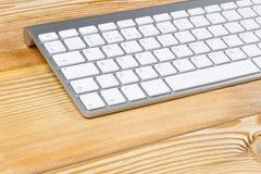 Bedrijfswerkplaats met draadloos toetsenbord op oude natuurlijke houten achtergrond stock foto's