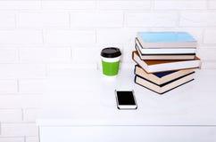 Bedrijfswerkplaats met toebehoren op witte lijst dichtbij bakstenen muur met exemplaarruimte Selectieve nadruk Royalty-vrije Stock Foto's