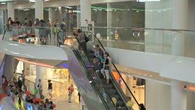 Bedrijfswinkelcentrum Mensen die op roltrap gaan stock videobeelden