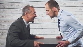 Bedrijfswoedeconflict Twee zakenlieden schreeuwen hevig en zweren bij elkaar stock videobeelden
