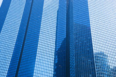 Bedrijfswolkenkrabbers moderne architectuur in blauwe tint. Stock Foto