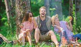 Bedrijfvrienden die en de aardachtergrond ontspannen hebben van de snackpicknick Halt voor snack tijdens wandeling Bedrijfwandela royalty-vrije stock afbeeldingen