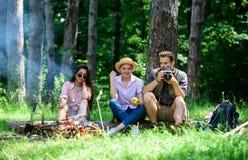 Bedrijfwandelaars die bij picknick bosachtergrond ontspannen Breng grote tijd aan weekend door Halt voor snack tijdens wandeling  stock foto's