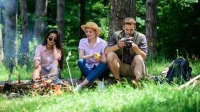 Bedrijfwandelaars die bij picknick bosachtergrond ontspannen Breng grote tijd aan weekend door Halt voor snack tijdens wandeling  royalty-vrije stock foto