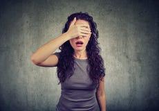Bedroevende vrouw die haar ogen behandelen royalty-vrije stock fotografie