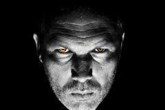 Bedrohen, Mann mit orange Augen schauend stockbild
