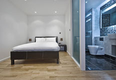 Bedroom with en-suite bathroom Royalty Free Stock Photos