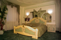 Bedroom with king size bed Royalty Free Stock Photography