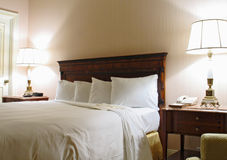 Bedroom with lamp and king-size bed Royalty Free Stock Photos