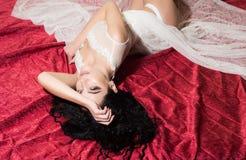 bedroom mattina perfetta in camera da letto giochi di amore della camera da letto La donna si rilassa in camera da letto Completa fotografia stock libera da diritti