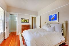 Bedroom with white bed and cherry hardwood floor. Royalty Free Stock Photos