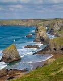 Bedruthan在Newquay Cornwall英国附近跨步 免版税库存图片