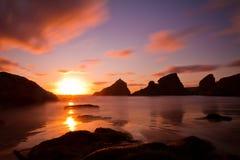 Bedruthan fa un passo al tramonto, Cornovaglia, Inghilterra Immagine Stock