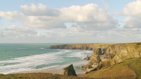 Bedruthan tritt bei Ebbe stock video footage