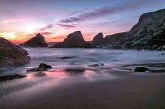 Bedruthan tritt Sonnenuntergang Lizenzfreie Stockfotografie