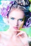 bedsheet moda kłaść fotografii uwodzicielskich białej kobiety potomstwa Zdjęcie Stock