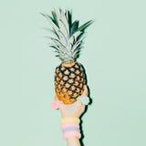 bedsheetmode lägger förföriskt vitt kvinnabarn för foto Hållande ananas för hand Arkivfoto