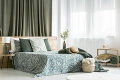 Bedsheets modelados florais na cama Imagem de Stock Royalty Free
