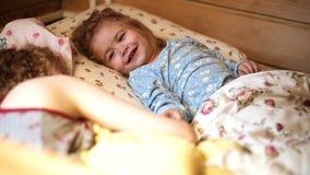 bedtime Tijd aan slaap Moeder het vertellen verhaal aan zoon bij bedtijd De de familiemoeder en zoon lezen een boek thuis in de a stock video