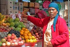 Женщина продавая на рынке в Bedugul стоковые фотографии rf