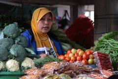 Продавать томаты в рынке Bedugul стоковое фото rf