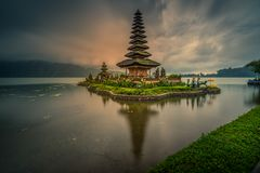 Bedugul, Jeziorny Beratan, Tabanan, Bali Indonezja, Marzec, - 21, 2019: Ulun Danau Beratan świątynia na chmurnym i dżdżystym  fotografia royalty free
