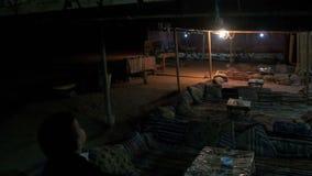 Beduińskie ugody w egipcjanin pustyni przy nocą zbiory wideo