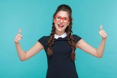 Beduimelt omhoog Succesvolle vrouwen toothy glimlach en het tonen als teken a royalty-vrije stock foto