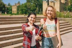 Beduimelt omhoog Twee gelukkige studenten royalty-vrije stock afbeelding