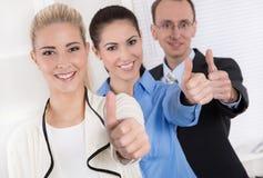 Beduimelt omhoog: zakenman en onderneemster twee - succes. stock fotografie