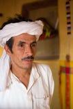 Beduin i Marocko som bär traditionella kläder Arkivfoton