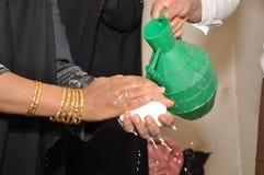 Beduin kobieta myje ręki Fotografia Stock