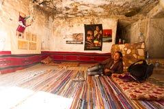 Beduin w jego jamie w Petra, Jordania Zdjęcia Royalty Free