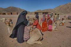 Beduinische Familien und Kamele in der Wüste, Hurghada, Ägypten stockfotos